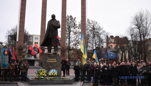 Вече и флешмоб: во Львове отметили 110-летие со дня рождения Бандеры