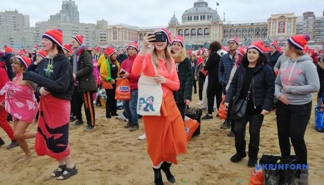 В Нидерландах более 10 тысяч человек искупались в море