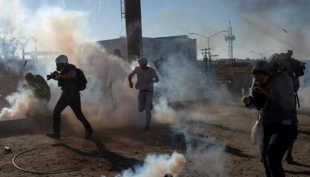Прикордонники в США застосували сльозогінний газ проти біженців