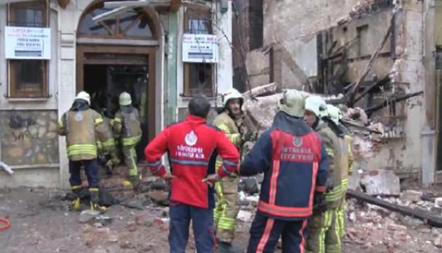 У Стамбулі обвалилася будівля, під завалами можуть бути люди