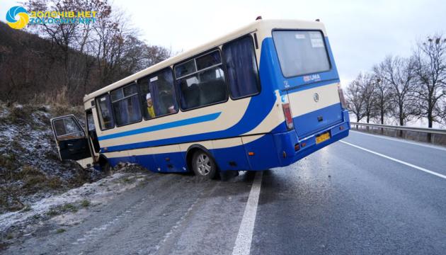 На Львовщине слетел в кювет маршрутный автобус с пассажирами