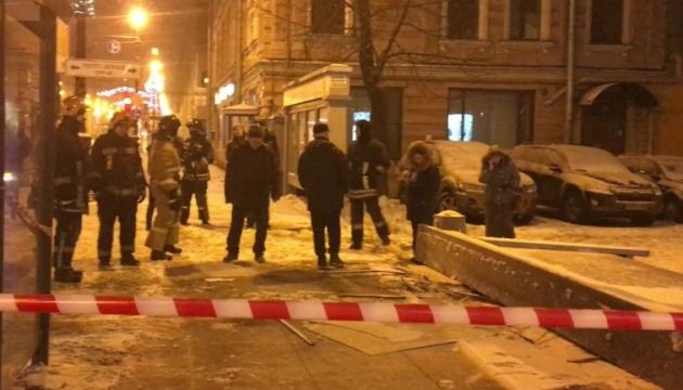 У російському Петербурзі рекламний щит впав на людей - постраждали дві людини