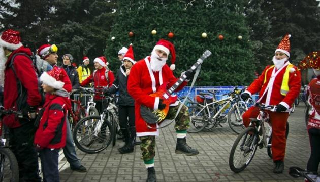 В Виннице Дедов Морозов и Снегурочек собирают на велопарад