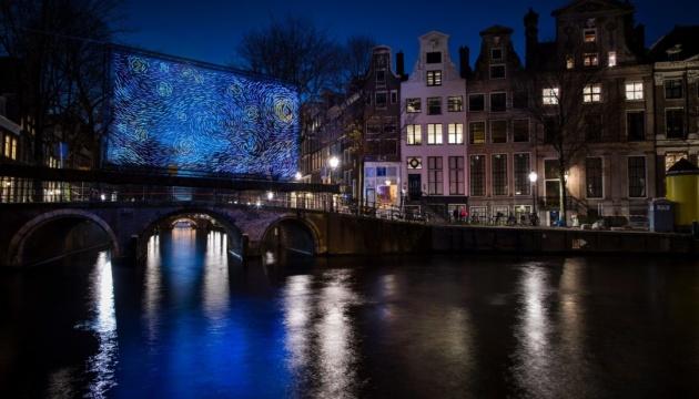 """""""Звездную ночь"""" Ван Гога превратили в LED-инсталляцию"""