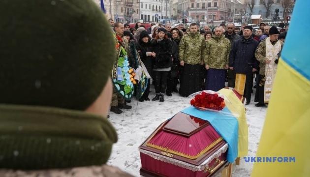 チェルニウツィー市で東部で亡くなった兵の告別式が開催