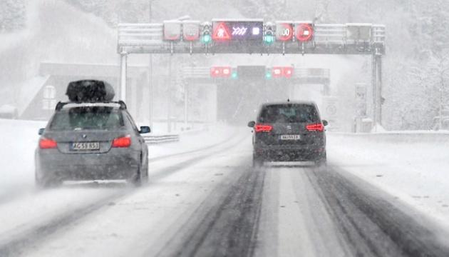 Перекрытые дороги, отмененные авиарейсы и лавины: Австрию заметает снегом