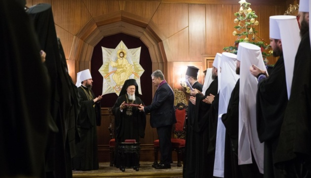 Порошенко наградил Варфоломея орденом