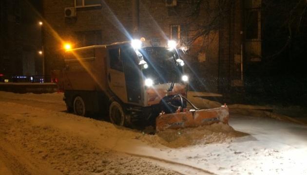 Комунальники показали, як цілодобово рятують Київ від снігу