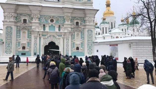 Томос показывают в Софии Киевской - к храму стоит многотысячная очередь