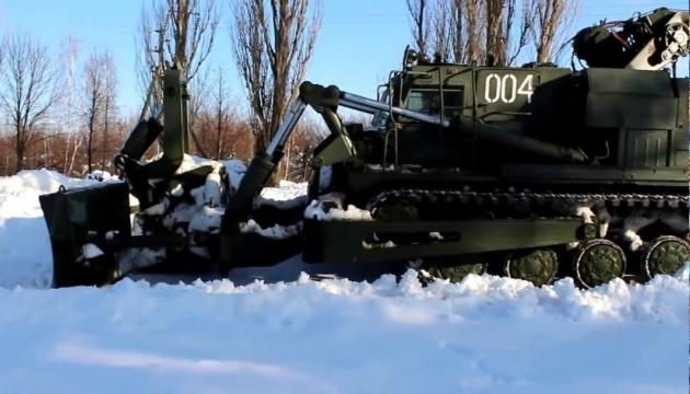 У Запорізькій області дороги від снігу розчищує інженерний танк