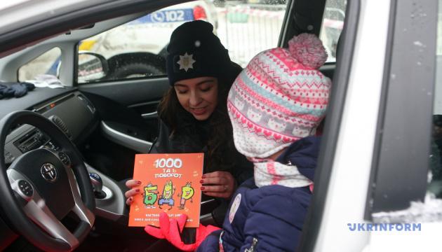 プリウスにアウトランダー ウクライナ・パトカーの中へようこそ 警察が児童に仕事紹介