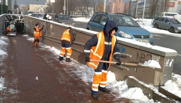 キーウ市、8日の雪かきのために、車両384台と雪かき班65個が出動