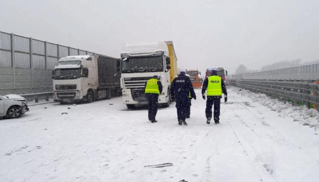 У Польщі зіткнулися шість фур та 11 легкових авто, є постраждалі