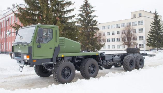 Autowerk von Krementschuk baut neue leistungsstarke Zugmaschine fürs Militär zusammen