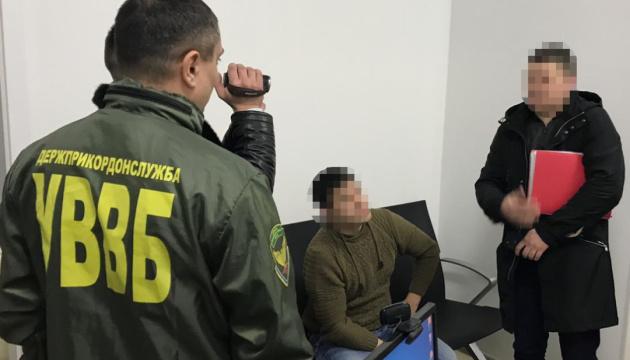 """В столичном аэропорту россиянин пытался """"купить"""" въезд в Украину"""