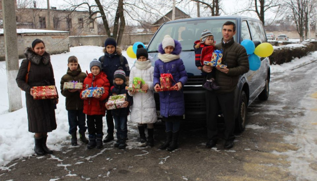 Многодетная семья из Донецкой области получила ключи от нового микроавтобуса