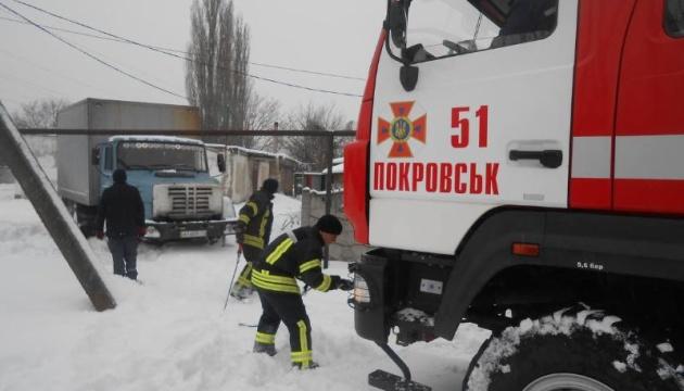 Зі снігових заметів на Донеччині витягли три