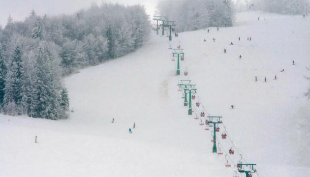 На Закарпатье из-за сильного снегопада без света остались 16 сел