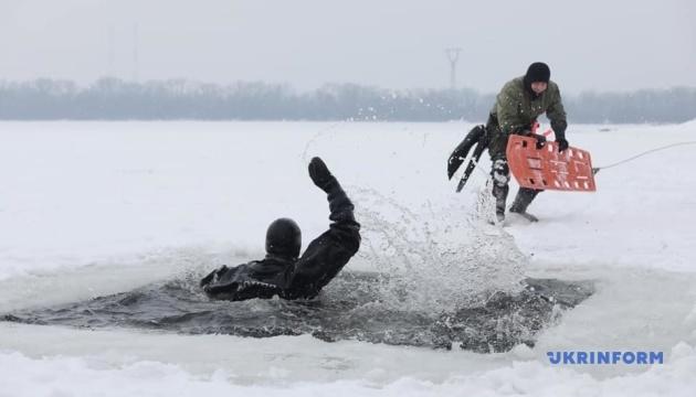 【写真】キーウ市救助隊、凍った川にできた穴に落ちた人の救助訓練を実施