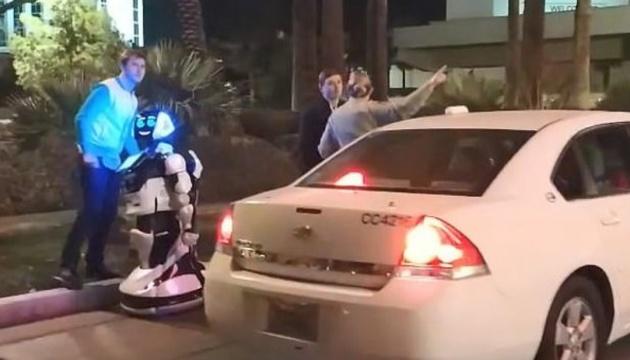 """У Лас-Вегасі Tesla на автопілоті збила """"на смерть"""" російського робота"""