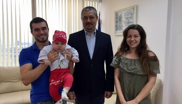 Маленькиій українець з Таїланду отримав сорочку від проекту «Народжені у вишиванках»