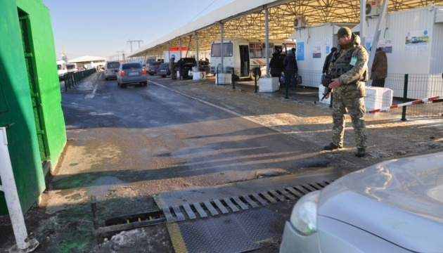 У пунктах пропуску на Донбасі застрягли 235 авто
