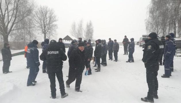 На Київському водосховищі шукають двох чоловіків, які провалилися під кригу