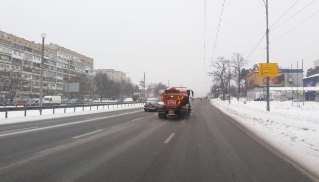 На дорогах Києва працюють солерозкидачi та снігоприбиральна техніка