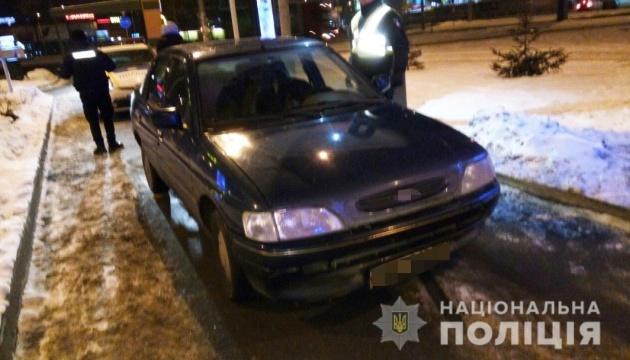 Полиция задержала трех мужчин, напавших на таксиста и угнавших его авто