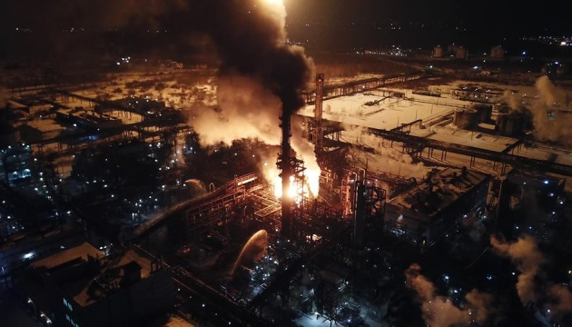 Пожежу на заводі у Калуші ліквідують 110 рятувальників