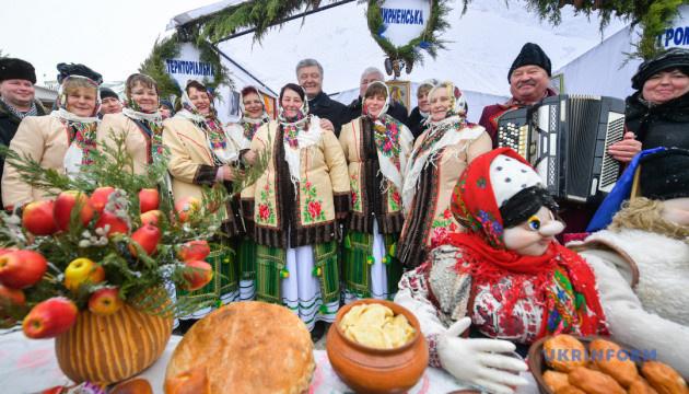«Украина смеется – значит не сдается»: Порошенко посетил праздник юмора на Виннитчине