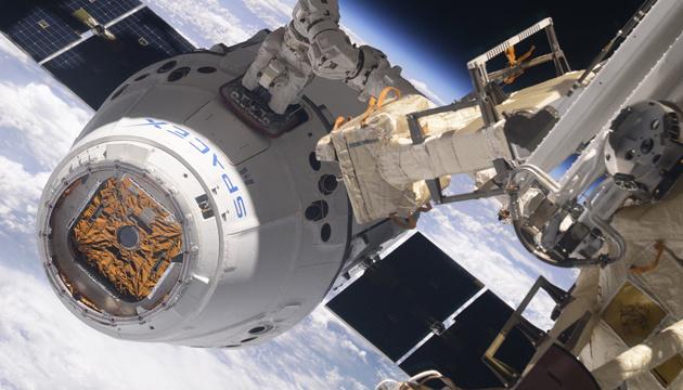 Космічна вантажівка SpaceX Dragon зістикувалася з МКС