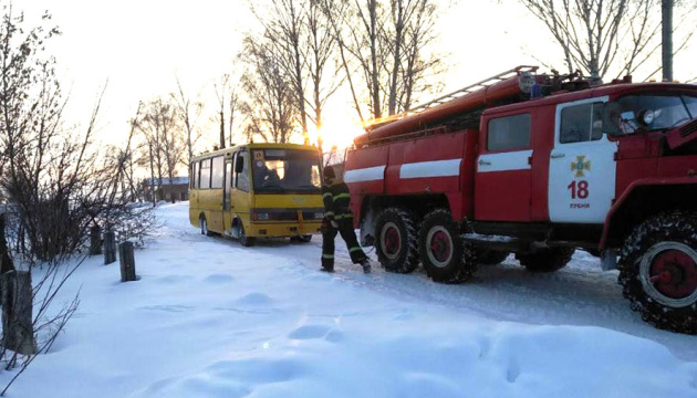 На Полтавщині рятувальники витягли із заметів два автобуси і чотири авто