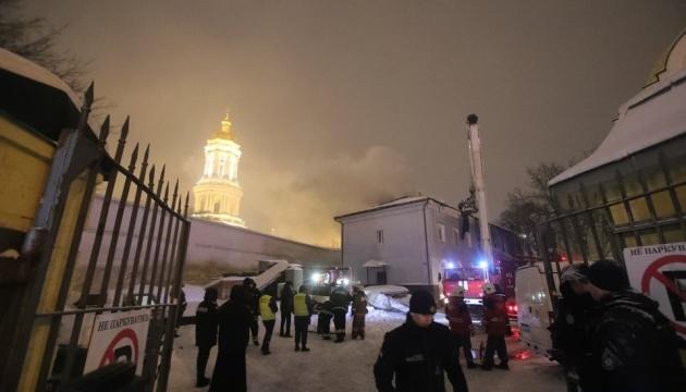 Через пожежу на території Лаври заблокували рух тролейбуса