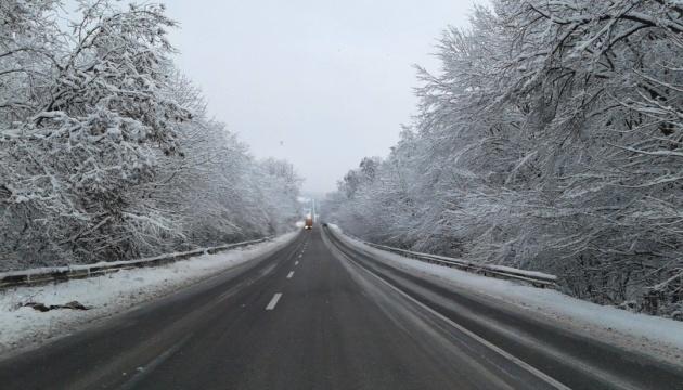 Проїзд по дорогах державного значення вільний попри складні погодні умови