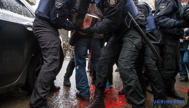 Поліцію облили фарбою під консульством Росії в Одесі