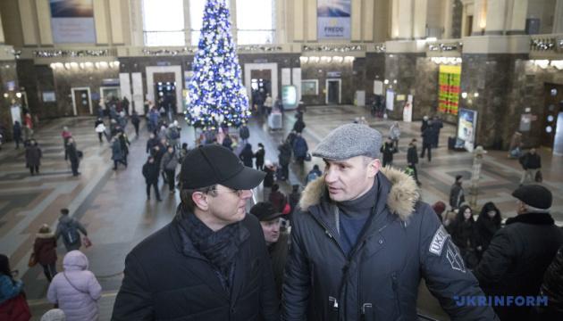 クリチコ・キーウ市長、同市中央駅の近代化について説明