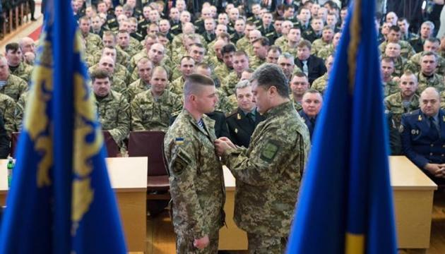 Порошенко привітав з 32-річчям Героя України Олександра Порхуна