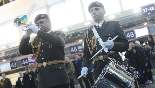 En l'honneur des « Cyborgs »,  « La Danse des Chevaliers » a été jouée à l'aéroport de Zaporijia (photos, vidéo)