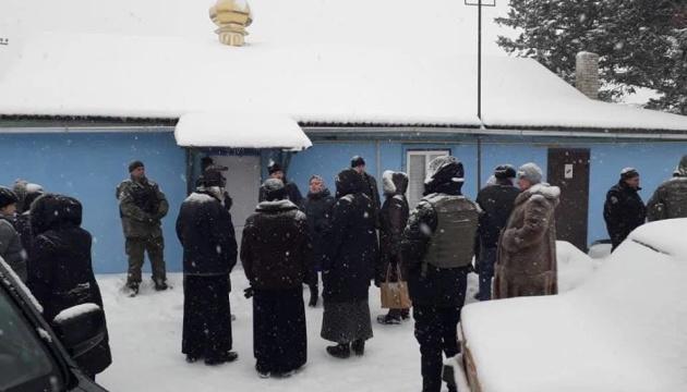 На Донбассе первая община перешла в ПЦУ - храм охраняет полиция