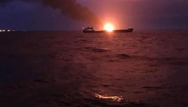 У районі Керченської протоки горять два судна, можливо стався вибух