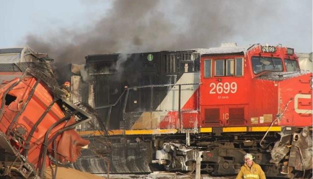 В Канаде сошел с рельсов и загорелся поезд