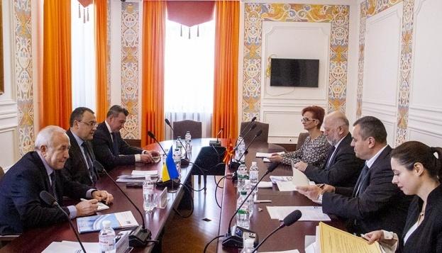 Ucrania intensifica el diálogo político y económico con Macedonia