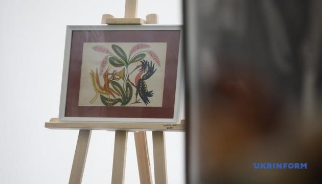 Маловідомі картини й фото: експозиція про художницю Примаченко у київському метро
