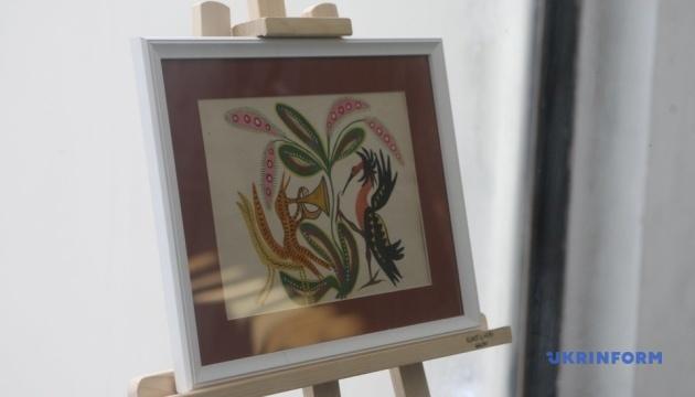 У метро відкрили виставку маловідомих картин Примаченко