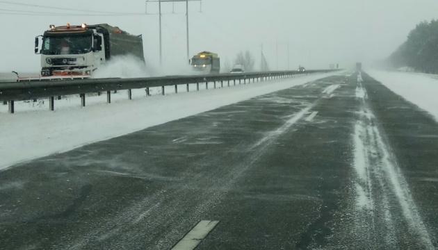 За добу рятувальники витягли зі снігової пастки понад 400 авто