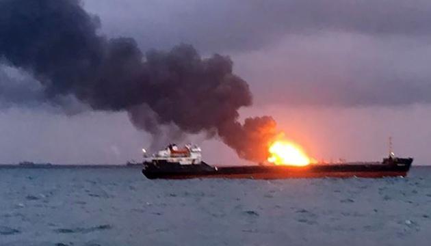 Один із танкерів, що горять у Чорному морі, зносить до берега РФ