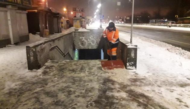 Вночі комунальники прибирали Київ від снігу