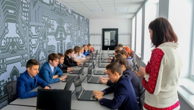 На Дніпропетровщині відкрили школу робототехніки, де вчитимуть з шести років