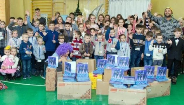 Діти «Небесного леґіону» отримали книжки від української діаспори у США